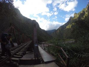 Aller à pied le long des rails de train au Machu Picchu